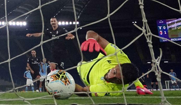 Zlatan Ibrahimovic ziet zijn penalty bijna gekeerd worden.