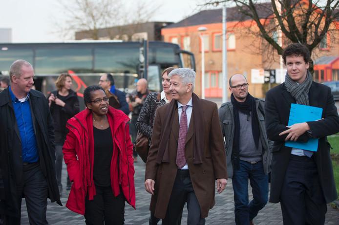 Minister van Binnenlandse Zaken Roland Plasterk (midden voorste rij) op werkbezoek in Ede