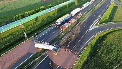 Truck gekanteld: 12 ton chocolade verandert snelweg in reusachtige chocoladereep