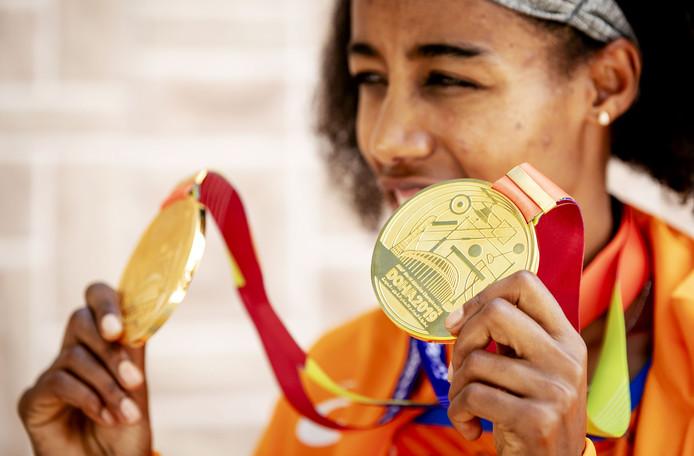 Sifan Hassan met haar twee gouden plakken.