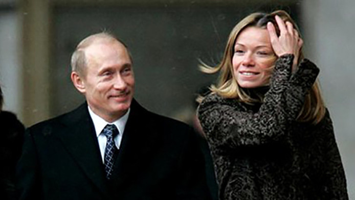 Beeld uit 2011 van Vladimir Poetin en zijn dochter Maria.
