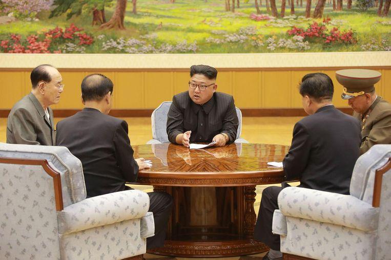 Op deze foto overlegt Kim Jong-un volgens staatsmedia over de kernproef met een waterstofbom. Beeld AFP PHOTO/KCNA VIA KNS
