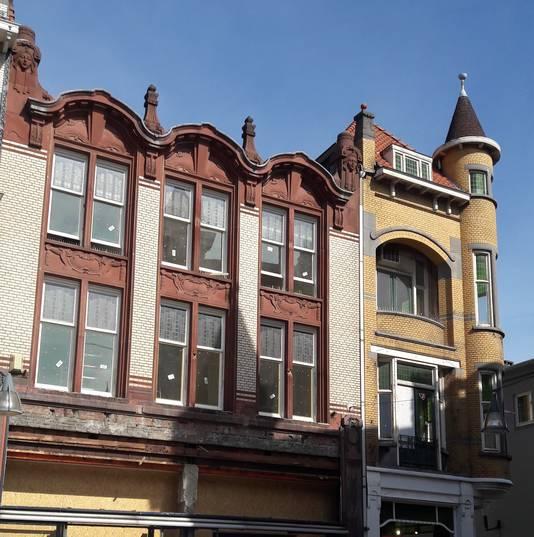 De panden aan de Oude Markt, op links de vroegere Van Leest. Bovenin komen appartementen, onderin een zaak.