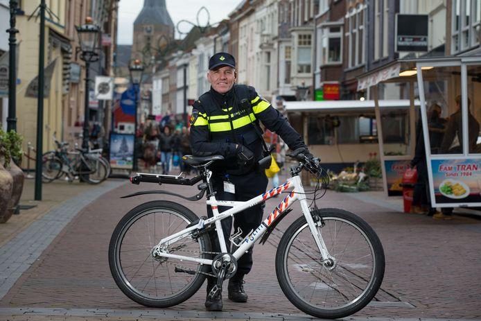 """Wijkagent Jean Louis Becker: ,,Ik begrijp dat er eerder extra agenten worden toegewezen aan de grote steden. Maar ook wij hier in Kampen hebben extra politieagenten nodig."""""""