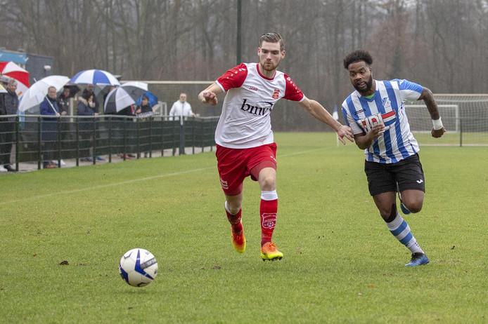 Mitchell Slegers (links) van Rood-Wit V aan de bal, Juremy Reker van FC Eindhoven zit hem op de hielen