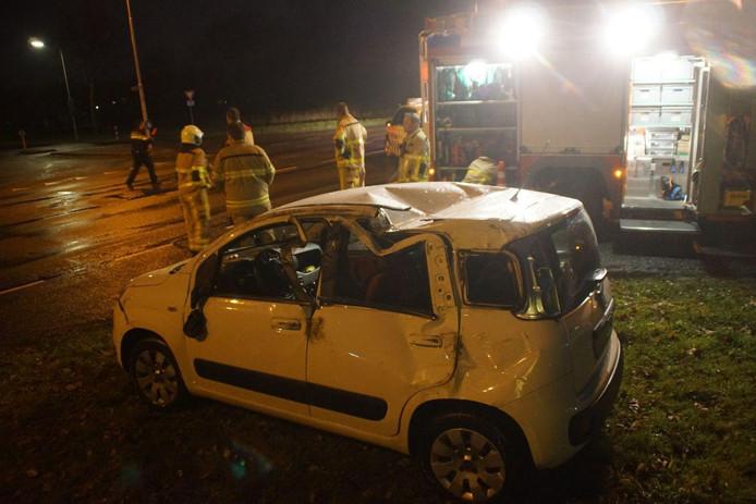 Bij een ongeval op de kruising van de Liemersweg en de Sportweg ging er een auto over de kop.