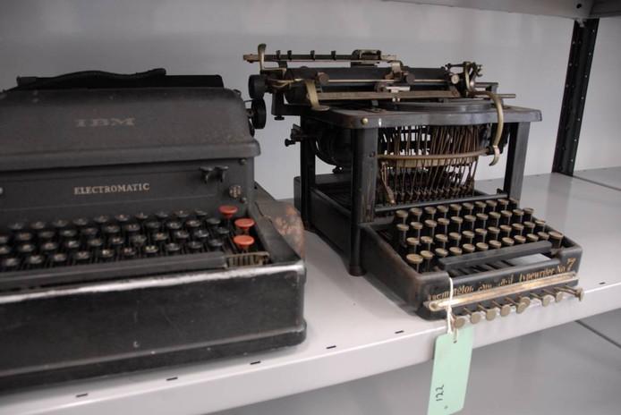 Twee van de schrijfmachines van W.F. Hermans, die gisteren naar Den Bosch zijn verhuisd.