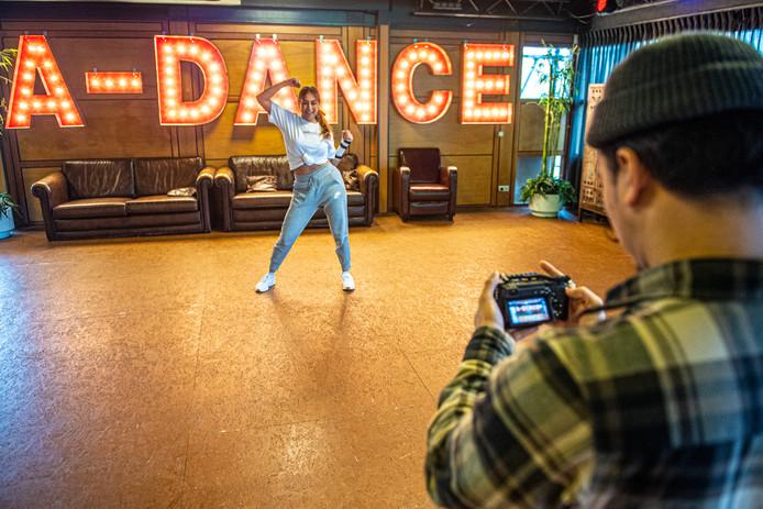 Cody Loog (eigenaar) en Lorin Aktan (danseres en instructrice) nemen instructievideo's op voor de online dansles.