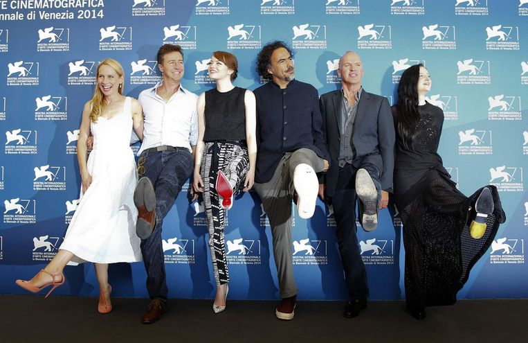 Regisseur Alejandro Inarritu (derde rechts) poseert met acteurs Amy Ryan (links), Edward Norton (tweede links), Emma Stone (derde links), Michael Keaton (tweede rechts) en Andrea Riseborough (rechts) tijdens de première van de film