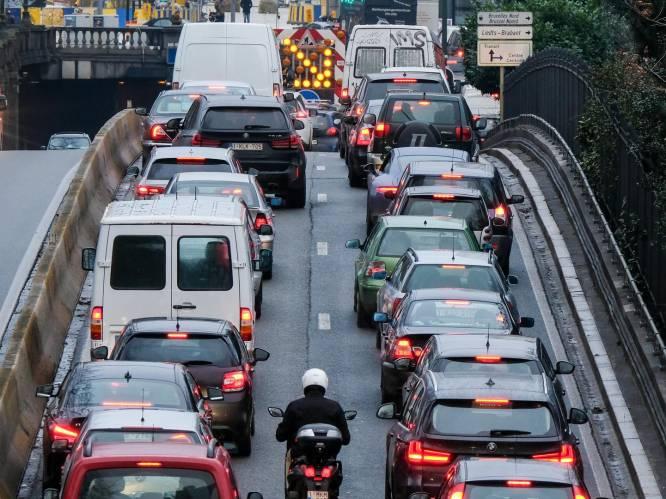 """Van """"invoeren in Vlaanderen"""" tot """"pestbelasting"""": Vlaamse randgemeenten reageren verdeeld op Brusselse kilometerheffing"""