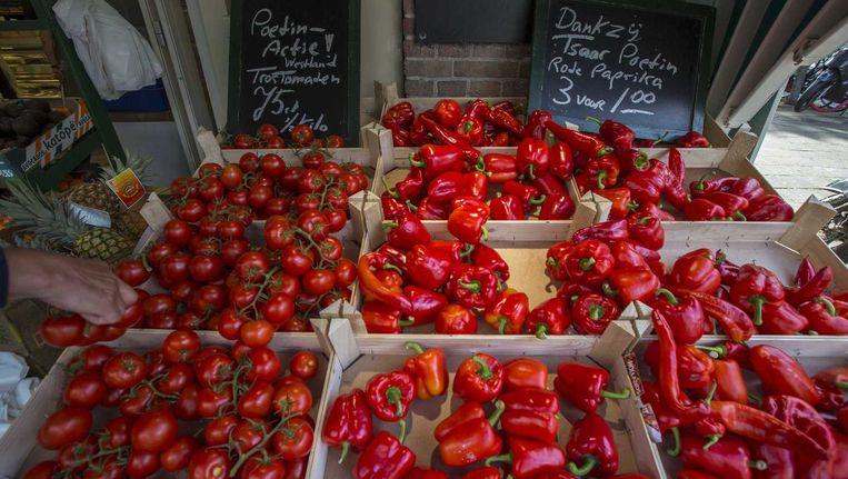 Bij een groentekraam aan de Stadionweg in Amsterdam worden tomaten en paprika's verkocht met verwijzingen naar de boycot van groente en fruit door Rusland. Beeld anp