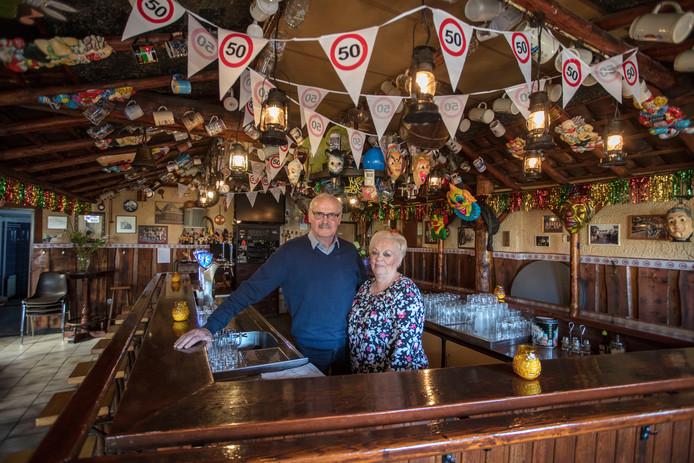 Martien en Gerrie van Vlerken gaan hun vijftigste carnaval houden in café de Stal in Aarle-Rixtel.