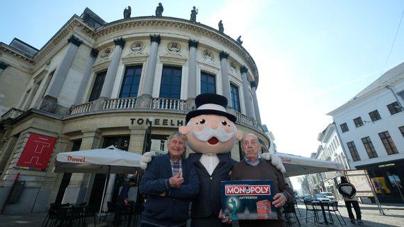 De Strangers met Mr. Monopoly en het nieuwe bordspel. Ook de Bourla maakt deel uit van het spel.