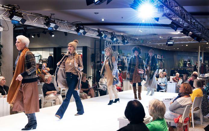 Geheel coronaproof hield Blijdesteijn Mode in Tiel donderdag de voor de kledingzaak zo bekende modeshow.