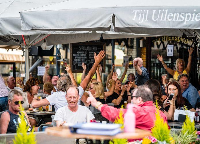 Gasten op het terras van cafe Tijl Uilenspiegel op de Markt van Den Bosch.