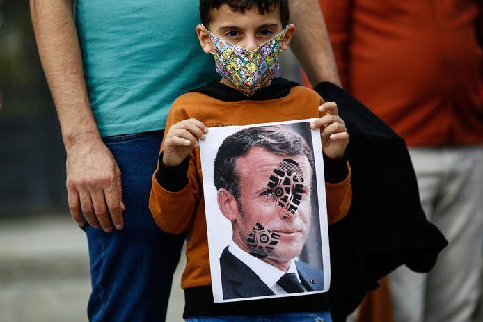 Een kind nam gisteren in Istanboel deel aan een betoging tegen Frankrijk.