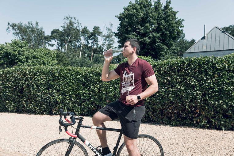 """Sportcoach Dimi Smeets geeft tips bij het sporten in hete temperaturen: """"Véél drinken en je T-shirt aanhouden!"""""""