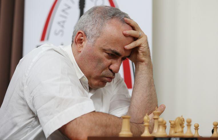 Grootmeester Garry Kasparov overpeinst zijn zet. Beeld AFP