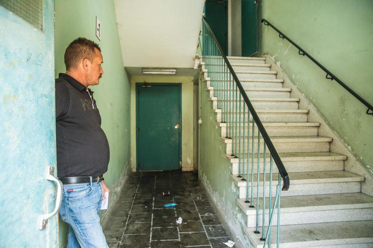De conciërge toont de plaatsen in de sociale woonblok waar er niet alleen geslapen wordt, maar ook drugs gebruikt.