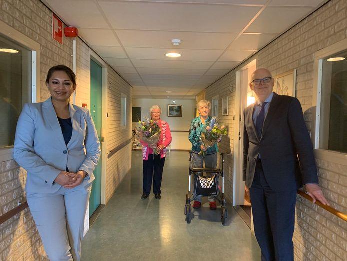 Burgemeester Jan van Belzen van Barendrecht  en wethouder Reshma Roopram brachten bloemen mee.