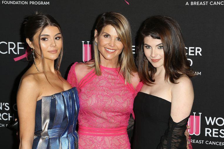 YouTube-ster Olivia Jade (links) met haar moeder Lori Loughlin (midden) en haar zus.