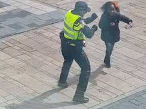 Dansende agent in Almere is internethit