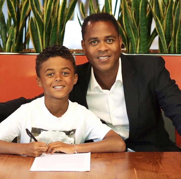 Shane Kluivert straalt na het ondertekenen van zijn Nike-contract, vader Patrick is trots op hem.