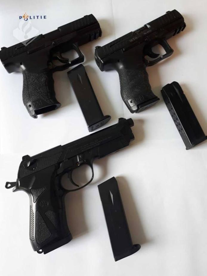 De nepwapens naast een echt dienstwapen van de politie. Wat is het echte wapen? vraagt de politie zich af.