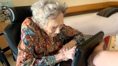 """Coleta (103) skypet met dochter vanuit woonzorgcentrum: """"Ze fleurde helemaal op en genoot van het praatje"""""""