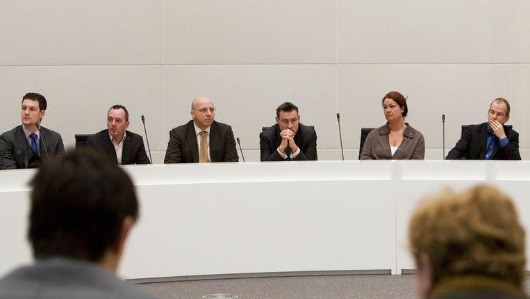Jeltje van Nieuwenhoven en Marnix Norder (L) (op de rug gezien) van de PvdA zitten tegenover PVV-leden Machiel de Graaf (2eL), Sietse Fritsma, Richard de Mos, Karen Gerbrands en Arnoud van Doorn (VLNR) tijdens de definitieve uitslag van de gemeenteraadsverkiezingen in Den Haag. © ANP Beeld