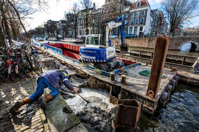 De kademuren bij de Herengracht, hoek Brouwersgracht, hadden te lijden onder achterstallig onderhoud.  Beeld Raymond Rutting / de Volkskrant