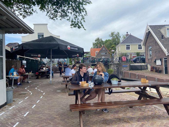 Ook bij Café 't Sluisje in Noord staat het terras weer uit.