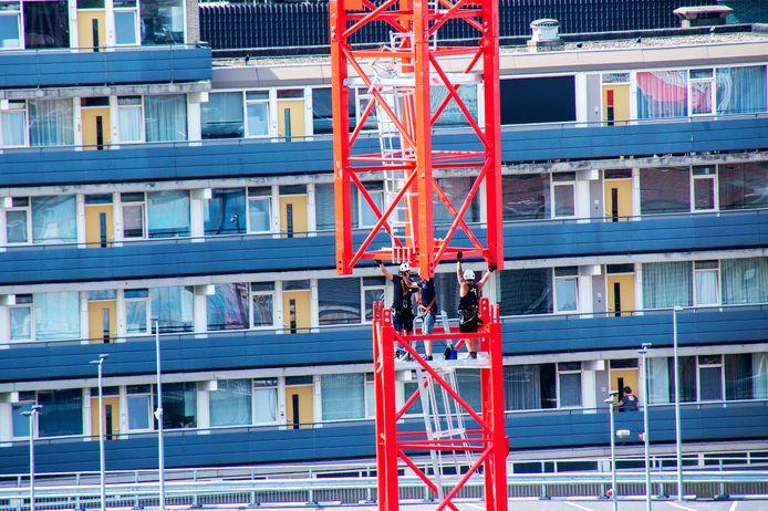 Ondanks de tropische temperaturen waren de kraanspecialisten van Herpertz de afgelopen dagen bezig met de opbouw van de 80 meter hoge kraan die een draaibereik van 60 meter heeft.