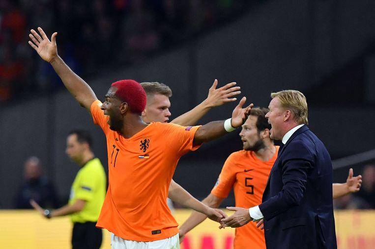 Coach Ronald Koeman (R) en Ryan Babel tijdens de wedstrijd tussen Nederland en Duitsland. Beeld AFP
