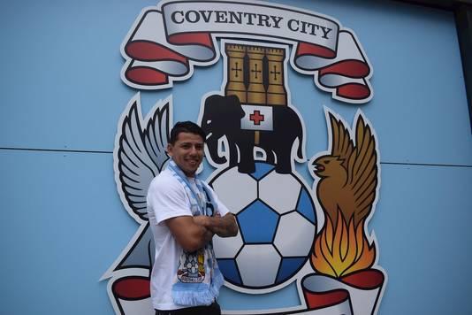 Gustavo Hamer poseert als nieuwe speler van Coventry City