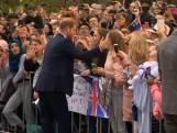 Prins Harry heeft lak aan protocol en knuffelt fan