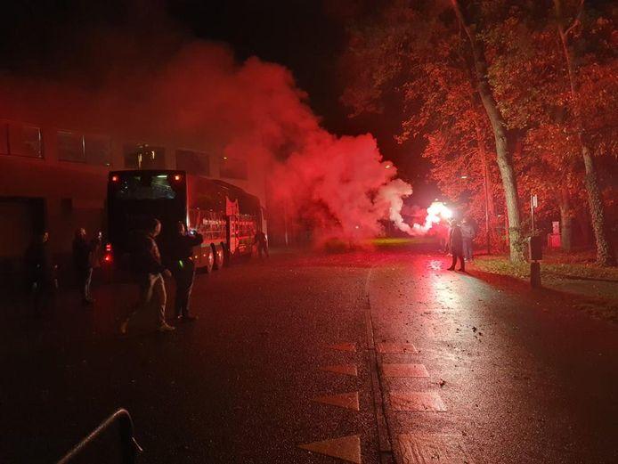 Vuurwerk van NEC-fans bij terugkeer van hun helden uit Breda.