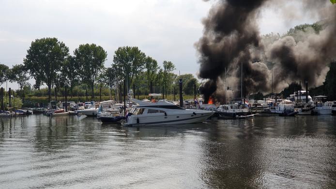 Brand op een jacht in Wageningen.