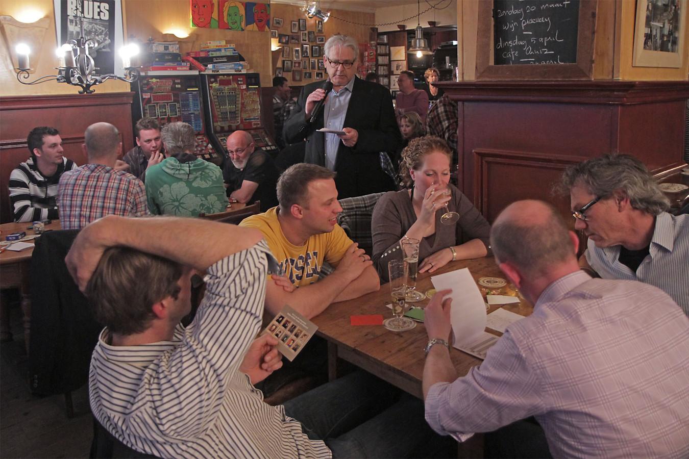 Nol Voskens op archiefbeeld uit 2011, toen als quizmaster in café De Kamer.