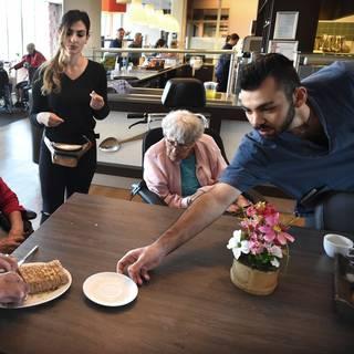 In Arnhem krijgen ouderen Griekse studenten aan hun bed