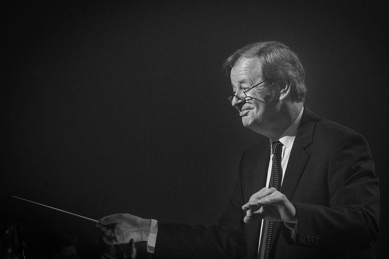 Topdirigent Dirk De Caluwé verloor de strijd tegen lymfeklierkanker. De Lokeraar leidde het orkest bij topmusicals als 'Kuifje' en 'Daens' en als muzikant werkte hij samen met internationale sterren als Luciano Pavarotti en Andrea Bocelli.