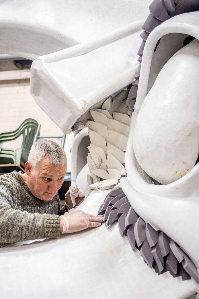 20180117 - Roosendaal - Foto: Tonny Presser/Pix4Profs -  In de loods van stichting CABOD (Carnavals Bouwers Onder Dak) wordt door verschillende bouwclubs hard gewerkt aan de creatie voor de komende optocht. Foto: bouwer Hans Jacobs bezig met plakwerk.