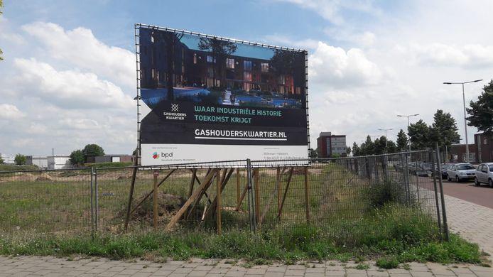 Wervende reclame voor wonen in het toekomstige Gashouderskwartier ten oosten van het centrum van Arnhem. De nieuwe moskee zou aan de horizon van de nieuwe wijk moeten verrijzen, pal voor het kantoor in de verte rechts aan de Westervoortsedijk.