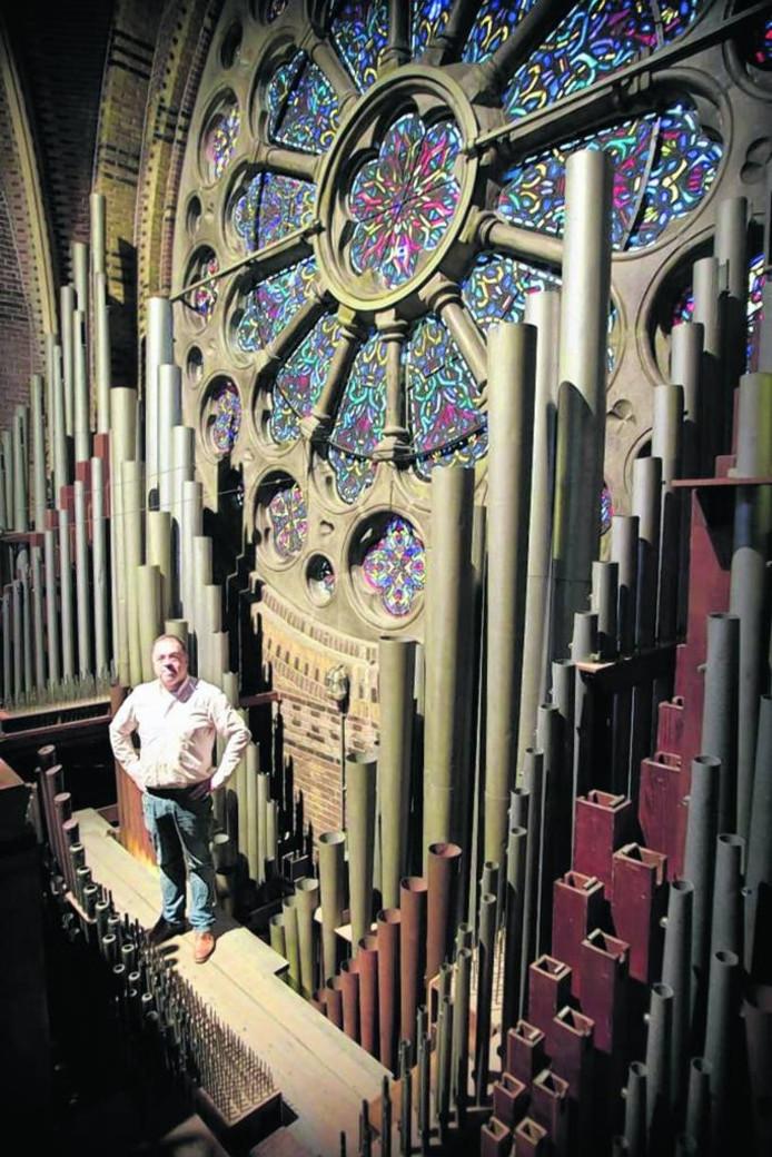 Organist Ruud Huijbregts bij het orgel in de Catharinakerk dat voor 3 ton bespeelbaar gehouden moet worden. Archieffoto Jurriaan Balke/fotomeulenhof
