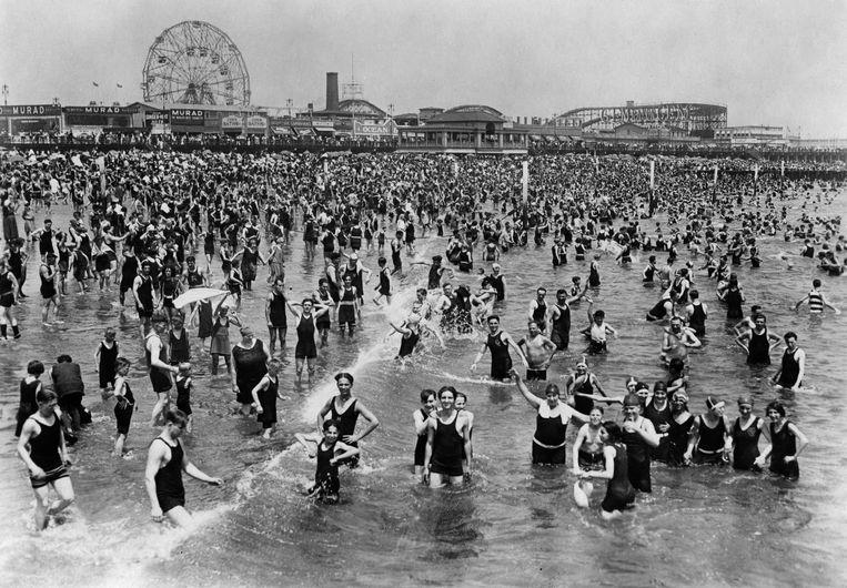 Badderende mensen in Coney Island, nabij New York. Putnam put hoop uit de sociale veranderingen van begin 20ste eeuw. Beeld Getty