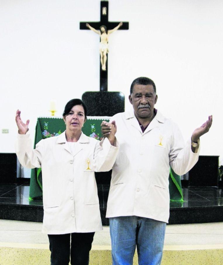 Pastoraal medewerkers Ana de Lourdes Rodrigues en José Pirez da Costa in de São Francisco de Assis kapel. Foto: Bruno Poletti Beeld