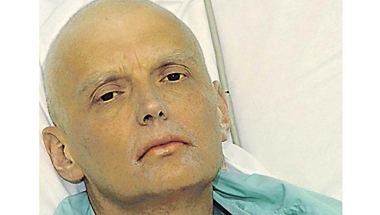 Aleksandr Litvinenko in 2006 op zijn sterfbed. Hij wees destijds al naar Poetin als schuldige. Beeld afp