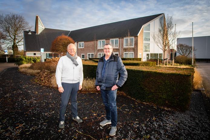 Initiatiefnemers Dick Polderdijk (links) en Jan Reedijk bij het gemeentehuis.