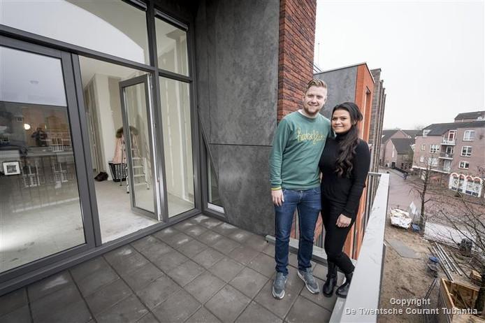 Edon Gwinner en Kim Letteboer kijken met hun appartement uit op De Waag