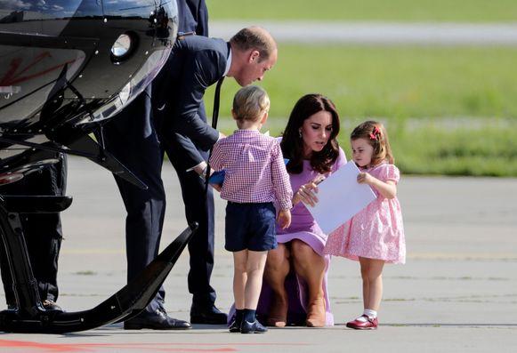 Anne Hathaway heeft voor de opvoeding van haar kind afgekeken bij William en Catherine. Dat onthult de actrice, die met echtgenoot Adam Shulman een 2-jarig zoontje heeft, in de Britse krant The Sunday Times.